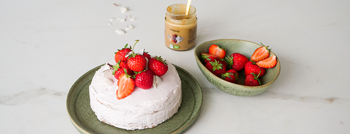 A summery strawberry cake topped with fresh strawberries, prepared with baking hacks for extra easiness and delicious flavor